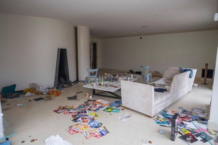 De woonkamer werd overhoop gehaald. Alle dure apparaten zoals flatscreens en ingebouwde boxen werden uitgebroken.