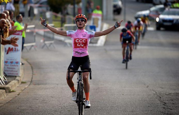Marianne Vos komt juichend over de finish.