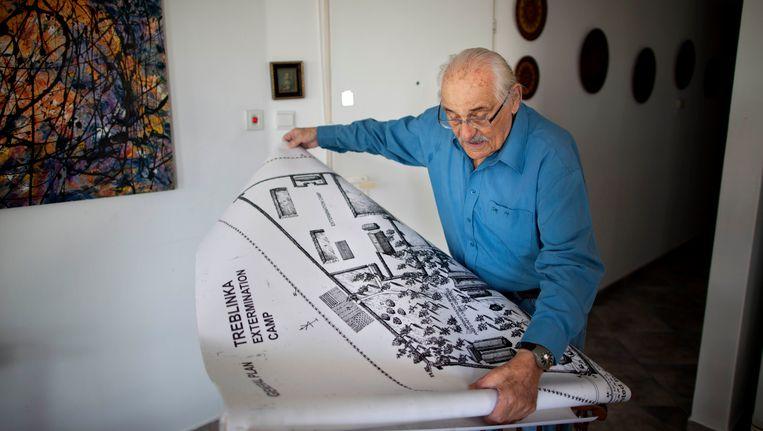 Samule Willenberg bekijkt een kaart van Treblinka.