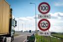 Borden langs de A50 bij Heteren met de nieuwe snelheidsregels.