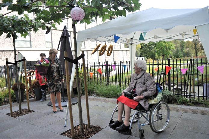 Burgemeester Agnes Schaap op bezoek bij de 100-jarige Dora ten Böhmer.