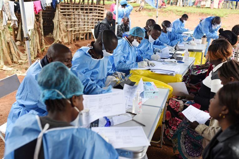 Een medisch team registreert Congolezen die ingeënt moeten worden tegen ebola in het dorp Mangina.  Beeld Reuters