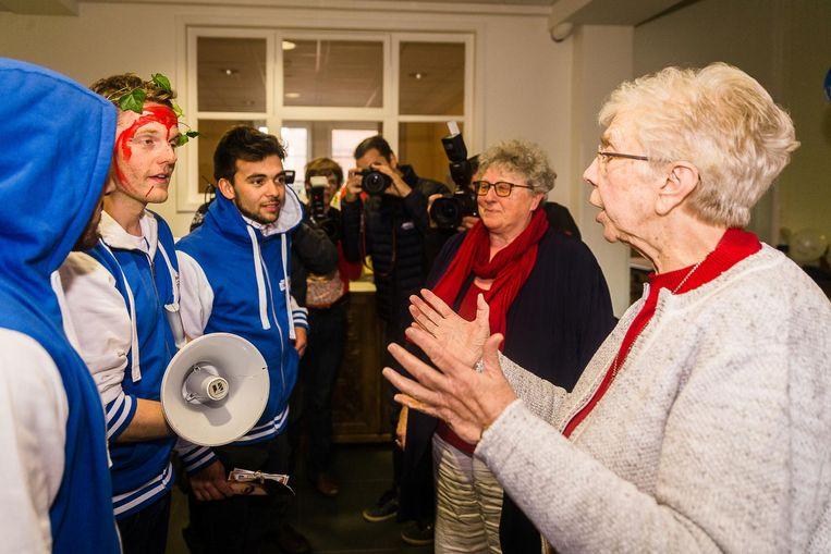 Zuster Monica slaat een babbeltje met MNM-presentator Tom De Cock en Thuis-acteur Mathias Vergels.