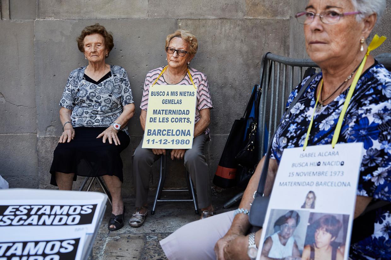 Iedere eerste zondag van de maand demonstreert Dolores Pimienta (links) in Barcelona met lotgenoten voor opheldering van de 'roofbaby'-zaken.