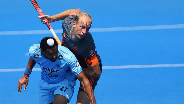 Hockey World league Billy Bakker duelleert in Londen met de Indiër Akashdeep Singh. Beeld Getty Images