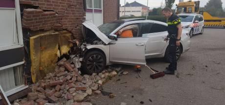 Mogelijk instortingsgevaar door auto die kantoor ramt in Zieuwent: 'Schrik zit er behoorlijk in'