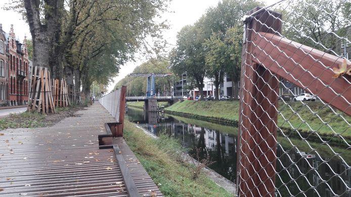 Pad langs de Zuid-Willemsvaart met hier en daar een grote opening.