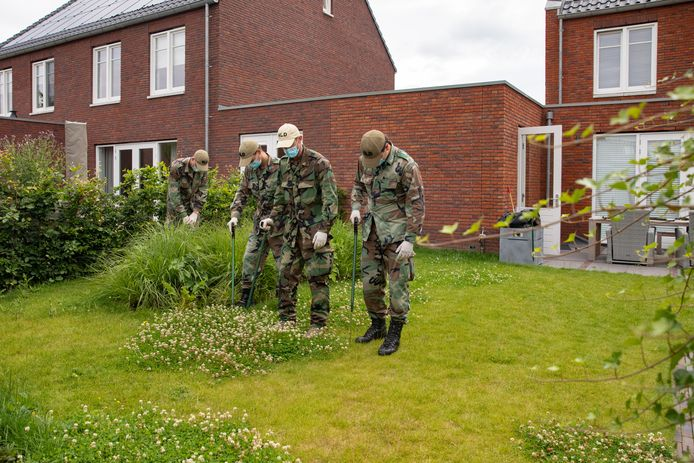 Een gespecialiseerde zoek-eenheid van defensie assisteerde de politie bij een inval in een woning in Eemnes. In de tuin werd met prikstokken gezocht naar mogelijk verborgen kluizen of opbergruimtes onder het gras.