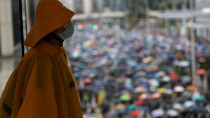 Duizenden demonstranten trotseren maskerverbod in Hongkong, politie grijpt weer in met traangas en rubberen kogels