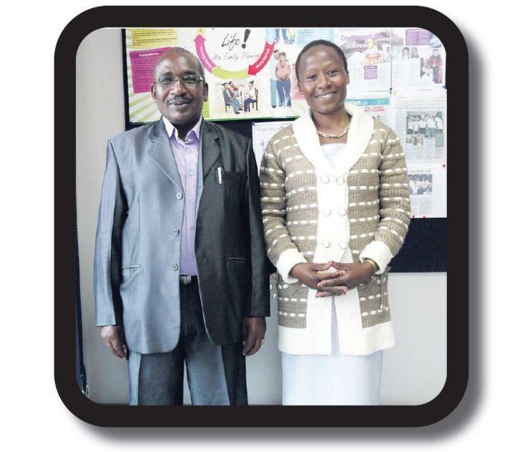 James Ngugi (56) en zijn vrouw Leah Njambi (37) hebben vijf kinderen. Genoeg, vinden ze. Daarom heeft James zich laten helpen. Vrouwen stellen Leah eigenlijk maar één vraag: 'Of mijn man nog wel presteert in bed. Ik kan dat beamen en neem dan de tijd om ze voor te lichten over andere methoden.' De mond-tot-mond-informatie verspreidt zich snel door overbevolkte sloppenwijken. Beeld Ilona Eveleens