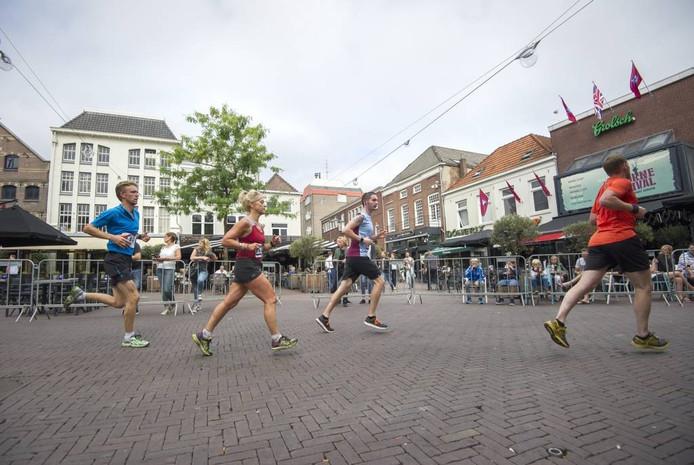Hardlopers op de Korenmarkt in het centrum van Arnhem. Foto: Rolf Hensel