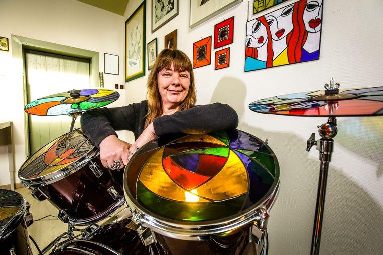 Sabine Van Eynde is maar wat fier op haar glazen drumstel.