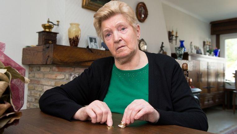 Lea Van Vynckt koestert de beide trouwringen die aan haar in bewaring waren gegeven.