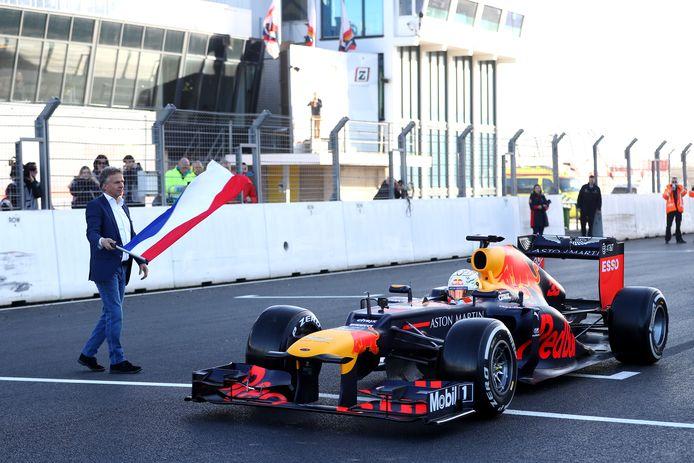 Max Verstappen op het circuit van Zandvoort, links Jan Lammers.