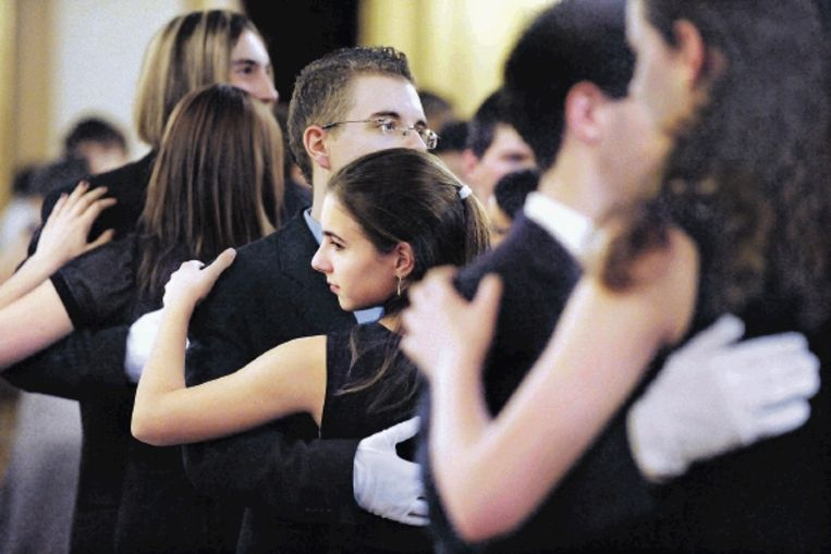 Jongeren in Praag tijdens een cursus stijldansen. ¿In Tsjechië geldt stijldansen als een basis voor de sociale opvoeding.¿ ( FOTO MICHAL CIZEK, AFP) Beeld AFP
