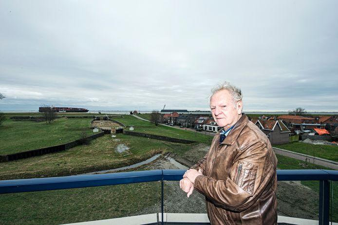 """Cees Quakkelaar kijkt vanuit zijn appartement over de dijk naar de Westerschelde. ,,Ik heb het idee dat iedereen in Hansweert zich wel veilig voelt."""""""