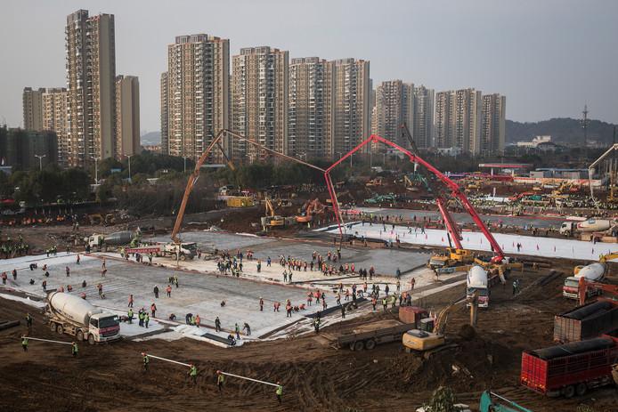 Honderden Chinezen bouwen aan noodhospitalen.