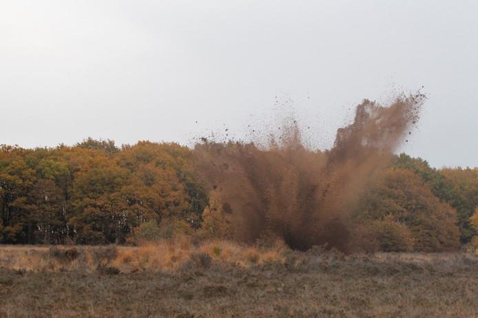 Medewerkers van de Explosieven Opruimings Dienst brengen explosief uit de Tweede Wereldoorlog tot ontploffing op de Ermelose Heide