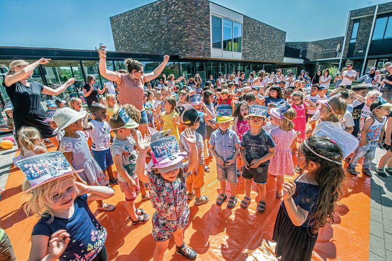 De kinderen van De Plataan sluiten het schooljaar af met een feestje.