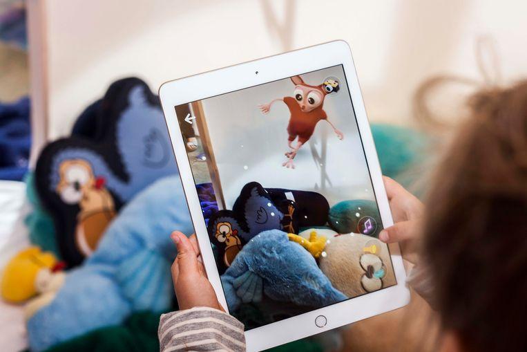 De Woody-figuurtjes verschijnen via het scherm van tablet of smartphone levensecht in de kinderkamer.