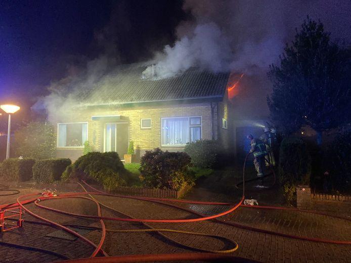 De vlammen slaan uit de woning in Ermelo.