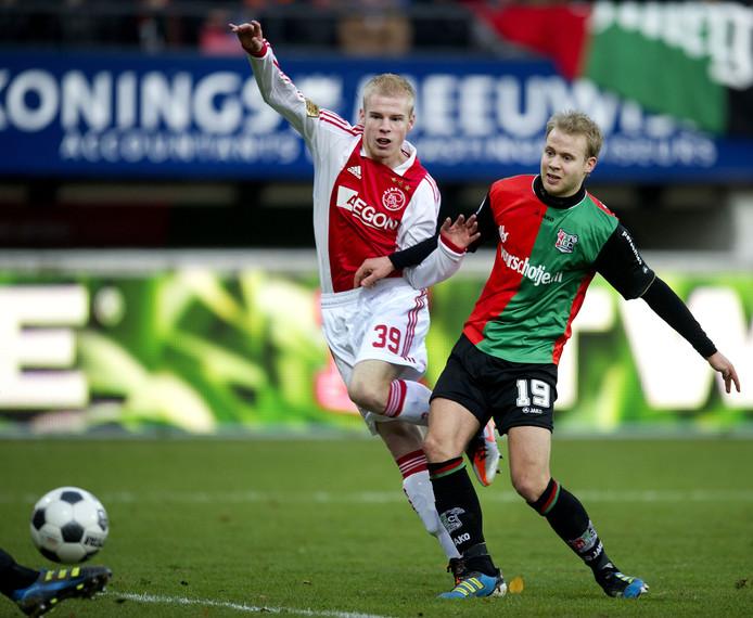 Davy Klaassen (links) in actie tegen NEC.