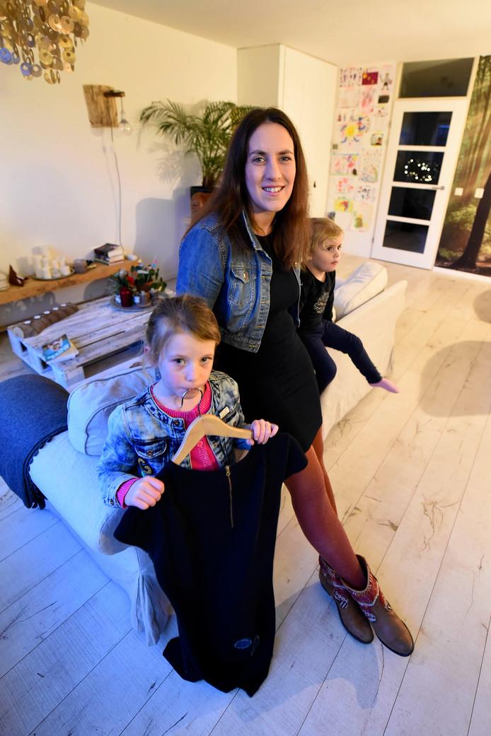Lidia van Bodegraven ruilt morgen haar jurk na een jaar dragen om voor andere kledij, maar haar keuze voor eerlijke kleding blijft ook in 2018. Naast haar staan dochters Lisa (5, met de reservejurk) en Grace (3).