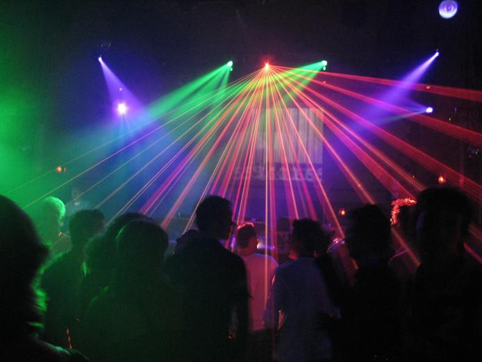 Jongen (15) gepakt met vals ID bij discotheek Renesse ...