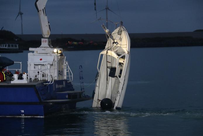 Bij Neeltje Jans is zondagavond het bootje geborgen waarmee de drie Brabantse sportvissers zijn verongelukt.