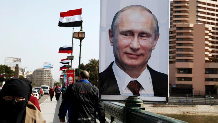 Een grote banner van de Russische president Vladimir Poetin in Caïro. Beeld REUTERS