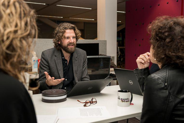 Chef Zaterdag en Opinie Robert van de Griend tijdens een redactievergadering Beeld null