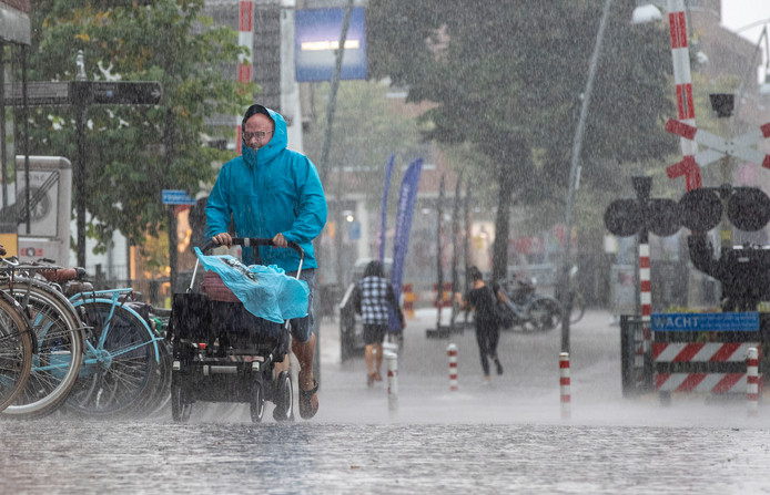 Na een lange periode met hitte en droogte viel er vandaag veel regen met onweer op het waterplein op de Markt in Ede