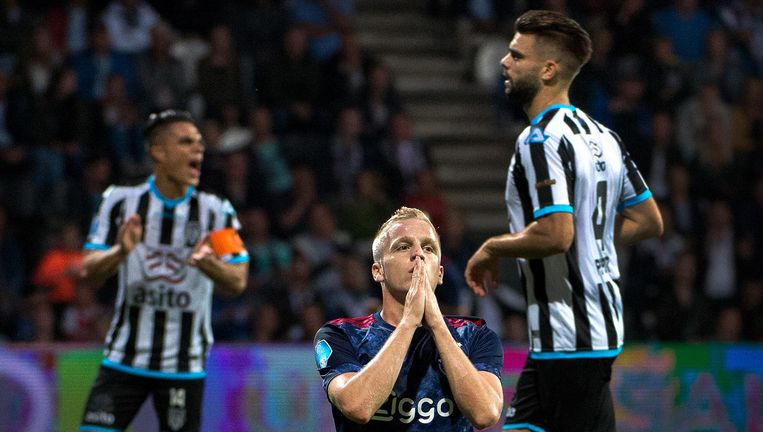 Donny van de Beek van Ajax baalt nadat zijn schot niet tot een doelpunt heeft geleid Beeld Klaas Jan van der Weij
