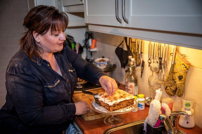 Ivanka Luijten legt de laatste hand aan een van haar gerechten. Deze keer een worteltjestaart.