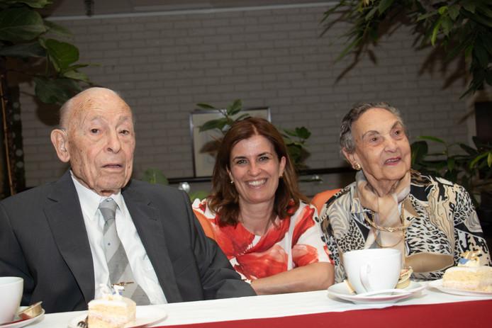 Esther Shaya (midden) schreef het levensverhaal op van het Joodse echtpaar Harry Cohen en Sientje Kattenburg.