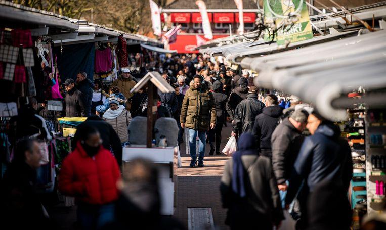 Drukte op de Haagse Markt in Den Haag.  Beeld Freek van den Bergh / de Volkskrant