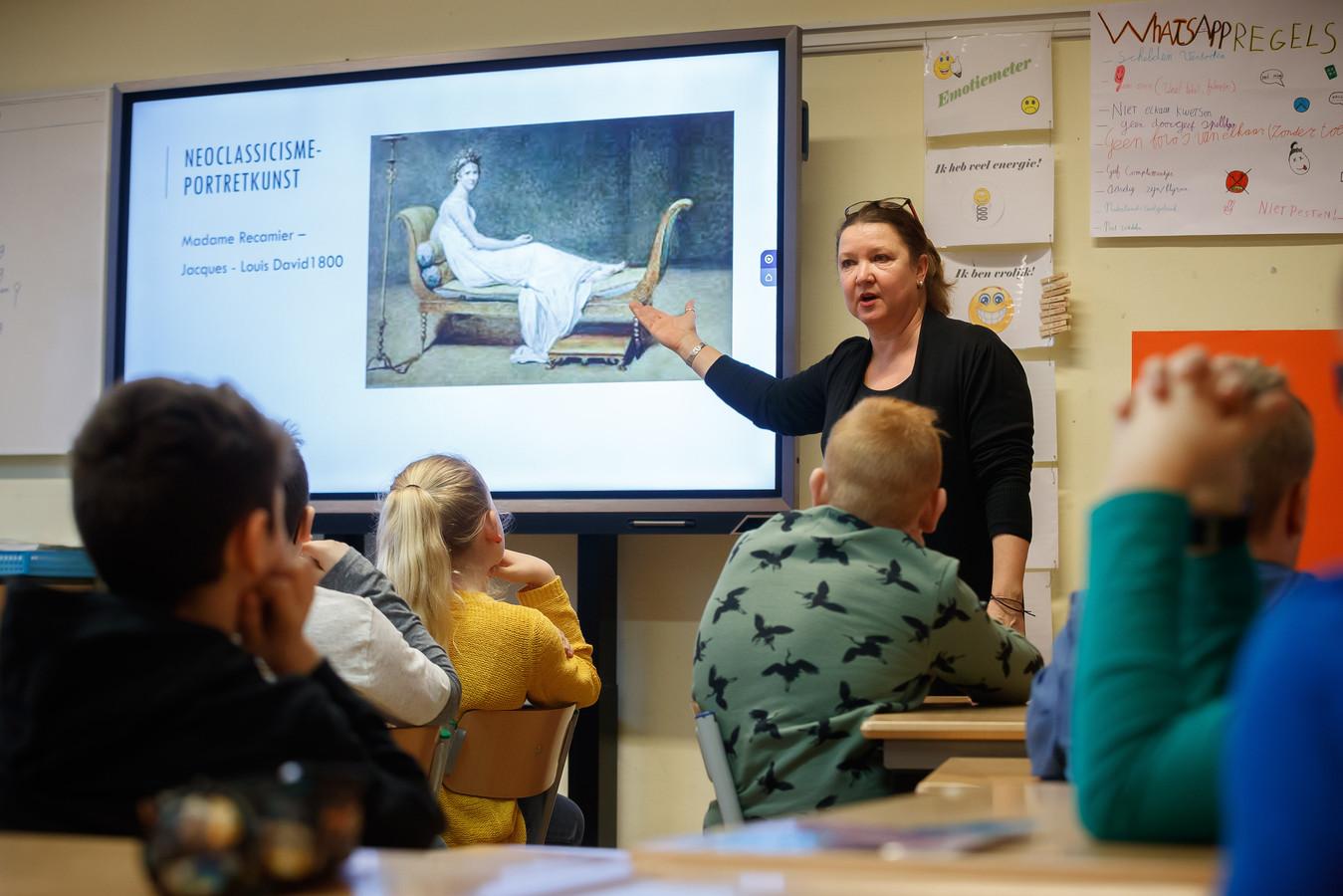 San Vermaas staat voor groep 7/8 van basisschool De Toren om daar cultuurles kunstgeschiedenis te geven.