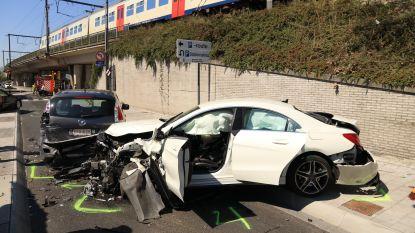 VIDEO. Verschillende wagens delen in de brokken bij spectaculaire crash in Sint-Niklaas