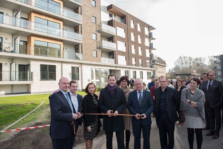 Minister Alexander De Croo (Open Vld) en burgemeester Marnic De Meulemeester (Open Vld) kwamen het lint doorknippen.
