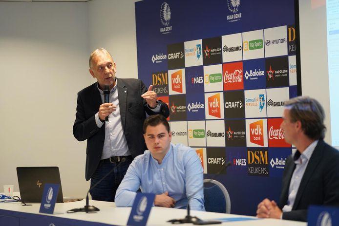 Veiligheidscoördinator Dirk Piens licht de plannen toe.