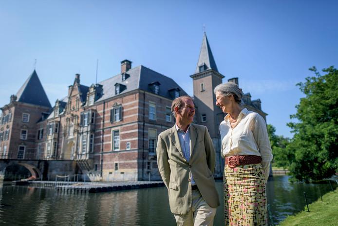 Rob Bloemendaal van Twickel en Patricia van Riemsdijk van het Stiftfestival samen bij het drijvende podium dat inmiddels op de slotgracht is aangelegd.