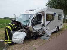 Man bekneld in bestelbus na zwaar ongeval met camper op N267 in Wijk en Aalburg