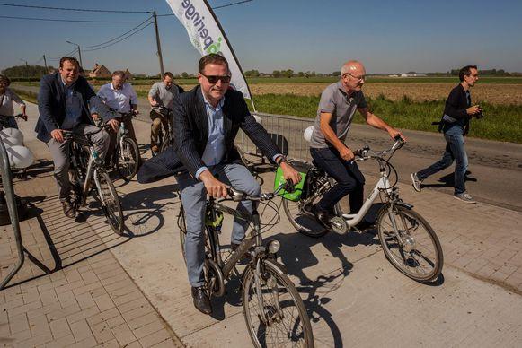 Het nieuwe fietspad tussen Poperinge en Woesten werd gisteren plechtig ingereden.