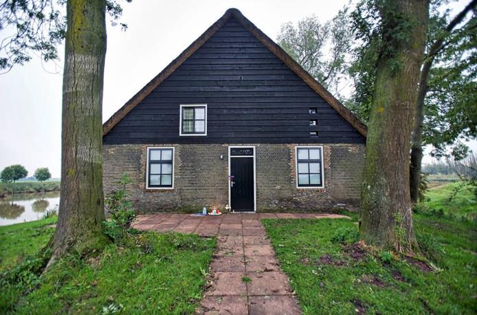 Het vakantiehuisje bij Hooge Zwaluwe waar vorig jaar na een schietpartij twee doden werden gevonden.