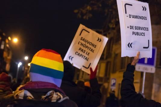 """Rassemblement du """"Cortège de Braises"""" contre le couvre-feu et pour des mesures sanitaires solidaires, à Liège, le 17 novembre 2020."""