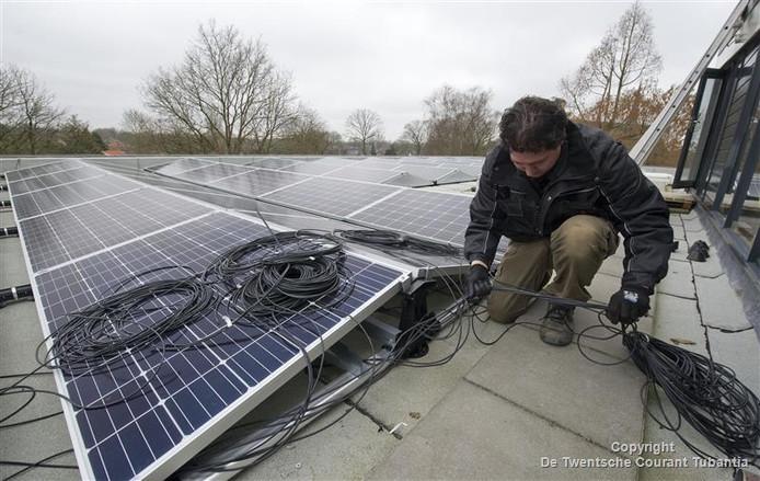 In navolging van de buren in Losser gaat ook de gemeente Oldenzaal over tot de plaatsing van zonnepanelen op het dak van het stadhuis.