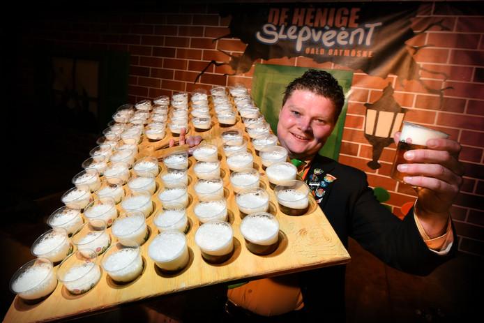 Twentse bierkoning Thijs Veldhuis (25) haalt rondjes met giga-biertray, waar 78 biertjes in passen.