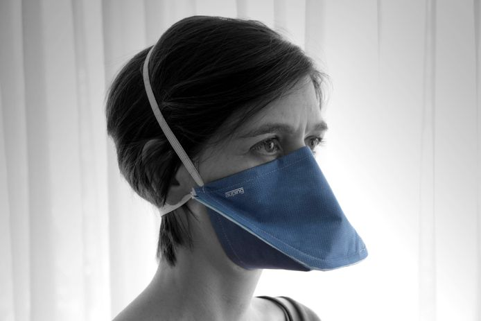 """Panton en Koninklijke Auping maken samen een mondmasker dat FFP2-gecertificeerd is. Er worden er in de komende weken 4 miljoen gemaakt. Het model dat de Deventer bedrijven gekozen hebben is het zogenoemde """"eendenbekmodel'"""