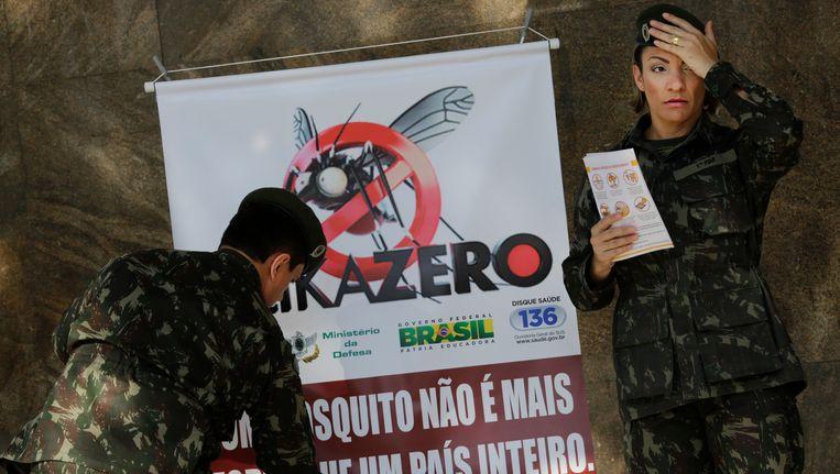 Archieffoto: Militairen hangen bij het station in Rio de Janeiro een bord op met de tekst 'Een mug is niet sterker dan een land'. Beeld ap