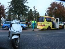 Auto botst op scooter op Valutaboulevard